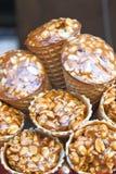 Gozinaky Kandierte gebratene Muttern Honigstangen mit Erdnüssen, indischem Sesam und Sonnenblumensamen, Nahaufnahme stockfotografie