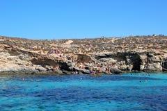 Gozo, Мальта, июль 2016 Красивый вид известной голубой лагуны с открытым морем различных теней стоковое изображение rf