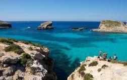 Gozo, Comino wyspa, Maltańska linia brzegowa z falezami, złoto kołysa nad morzem w Malta wyspie z błękitnym jasnym nieba tłem Obraz Royalty Free