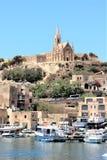 Gozo, Malta, Juli 2016 Weergeven van de haven en de Katholieke tempel op de berg royalty-vrije stock fotografie