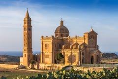Gozo, Malta - la basílica del ` Pinu de TA en la puesta del sol Fotos de archivo