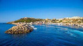 Gozo, Malta - o porto antigo de Mgarr com o farol na ilha de Gozo imagem de stock
