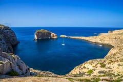 Gozo, Malta - opinião panorâmico da skyline da baía de Dwejra com rocha do fungo Foto de Stock