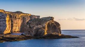 Gozo, Malta - sławna grzyb skała przy Dwejra zatoką przy zmierzchem zdjęcie stock