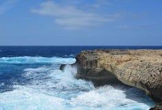 Gozoeiland - azuurblauwe overzees Royalty-vrije Stock Foto's