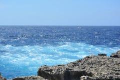 Gozoeiland - azuurblauwe overzees Royalty-vrije Stock Afbeelding