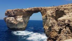 Gozoeiland, Malta - 03 Augustus 2016: Toeristen die op Azure Window beklimmen stock video