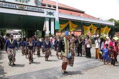 GPBH Prabukusumo, маленький брат султана Hamengkubuwana Sri x и его королевская холопка пока присутствующ на церемонии Grebeg Mau стоковые фотографии rf
