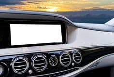 GPS航海和多媒体技术的白色屏幕系统显示在汽车 触摸屏白色拷贝空间  汽车控制台控制板电子仪器航海 免版税库存照片