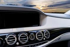 GPS航海和多媒体技术的白色屏幕系统显示在汽车 触摸屏白色拷贝空间  汽车控制台控制板电子仪器航海 免版税图库摄影
