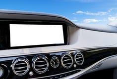 GPS航海和多媒体技术的白色屏幕系统显示在汽车 触摸屏白色拷贝空间  汽车控制台控制板电子仪器航海 库存图片