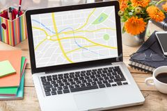 GPS,航海 映射在办公桌上的一个膝上型计算机屏幕上 免版税库存图片