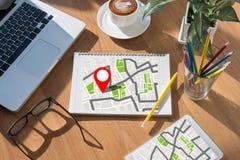 GPS översikt till läge för ruttdestination, gataöversikt med GPS symboler Royaltyfri Bild