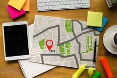 GPS översikt till läge för ruttdestination, gataöversikt med GPS symboler, Arkivfoton