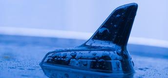 GPS antenn på taket av bilen Arkivfoto