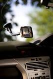 Gps apparaat in een auto stock afbeelding