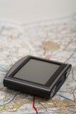 GPS apparaat op een kaart stock afbeelding