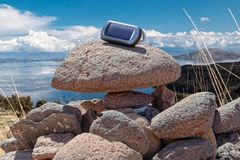 Gps-Gerät auf Felsen lizenzfreie stockfotografie