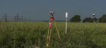 GPS hjälpmedel i nässlafält i varm sommar royaltyfria foton