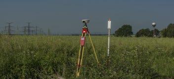 GPS narzędzia w pokrzywy polu w gorącym lecie zdjęcia royalty free