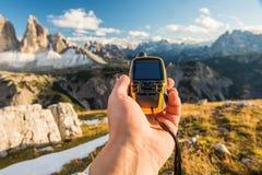 GPS navigatör i hand royaltyfri bild