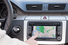 Gps-Navigation im Luxuxauto Stockfotos