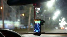 GPS, welches das Auto taxy fährt stock footage