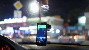 GPS, welches das Auto taxy fährt stock video