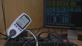 Gpu船具隐藏货币采矿船具的电力消费被连接到表明用法和费用的功率表- 股票视频