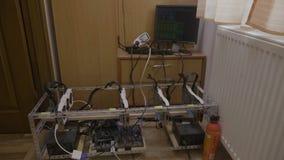GPU bitcoin kopalnictwa takielunku maszyna z potężnymi graficznymi kartami i crypto waluta program przetwarzamy bieg na pokazu ko zbiory wideo