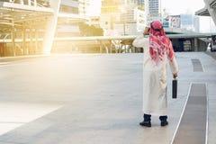 Gráfico árabe da verificação do homem de negócios no smartphone, imagem de stock royalty free