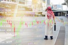 Gráfico árabe da verificação do homem de negócios no smartphone, fotografia de stock royalty free
