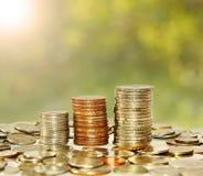 Gráfico cada vez mayor de la pila de la moneda del dinero foto de archivo