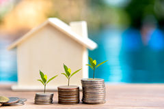 Gráfico cada vez mayor de la pila de la moneda del dinero Dinero del ahorro para la casa fotos de archivo