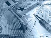 Gráfico, calculadora y dinero, collage (azul) imagen de archivo