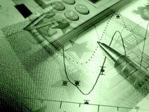 Gráfico, calculadora y dinero, collage en verdes fotos de archivo