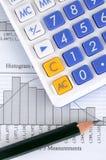 Gráfico, calculadora y lápiz de la estadística Imagen de archivo libre de regalías