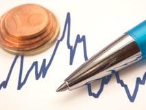 Gráfico con la pluma y las monedas euro Imágenes de archivo libres de regalías
