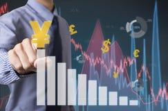 Gráfico conmovedor del análisis financiero del hombre de negocios con las muestras de yenes Foto de archivo libre de regalías