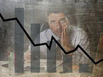 Gráfico de barra de baixas vendas e projeto composto sujo do grunge falido da previsão com o homem de negócios frustrante cansado Fotos de Stock