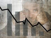 Gráfico de barra de ventas bajas y diseño compuesto sucio del grunge arruinado de la previsión con el hombre de negocios frustrad Foto de archivo libre de regalías
