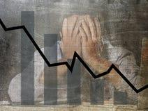 Gráfico de barra de ventas bajas y diseño compuesto sucio del grunge arruinado de la previsión con el hombre de negocios frustrad Imagen de archivo