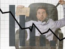Gráfico de barra de ventas bajas y diseño compuesto sucio del grunge arruinado de la previsión con el hombre de negocios frustrad Fotografía de archivo