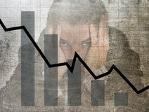 Gráfico de barra de ventas bajas y diseño compuesto sucio del grunge arruinado de la previsión con el hombre de negocios frustrad Foto de archivo