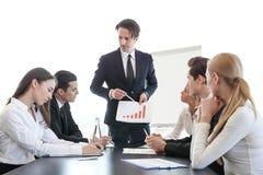 Gráfico de la demostración del hombre de negocios en la reunión Foto de archivo