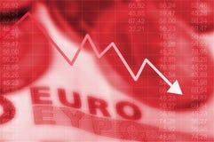 Gráfico de la flecha que va abajo y dinero en circulación euro fotos de archivo libres de regalías