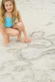 Gráfico de la niña en la arena Imágenes de archivo libres de regalías