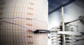 Gráfico de la presión atmosférica, barógrafo Presión que va abajo, cayendo Imagen de archivo