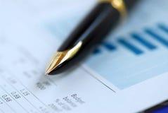Gráfico de las finanzas de la pluma imagen de archivo