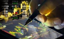 Gráfico de los datos del mercado de acción y financiero con la visión desde el LED Imagen de archivo